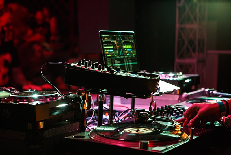 Picture of DJ software and vinyl DJ setup.