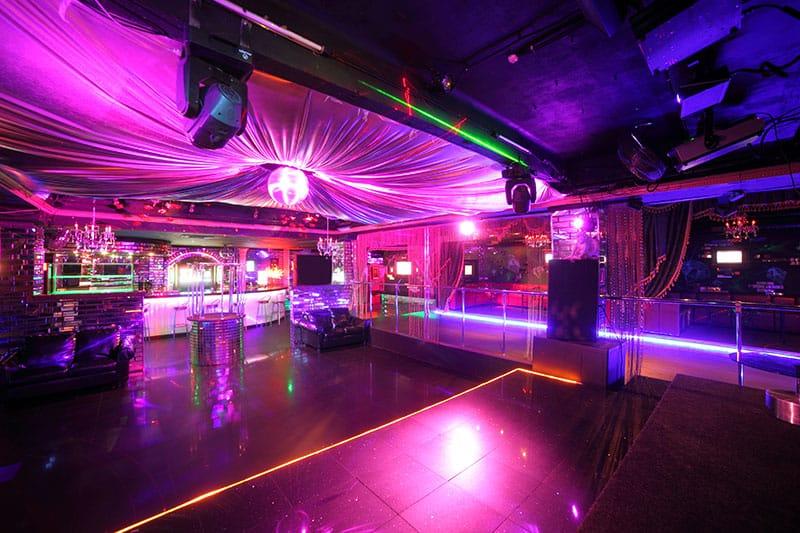 Photo of a lavish nightclub.